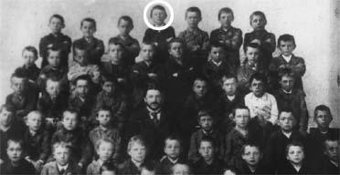 Adolf-Hitler-circled-with-his-fellow-pupils-at-school-in-Lamba